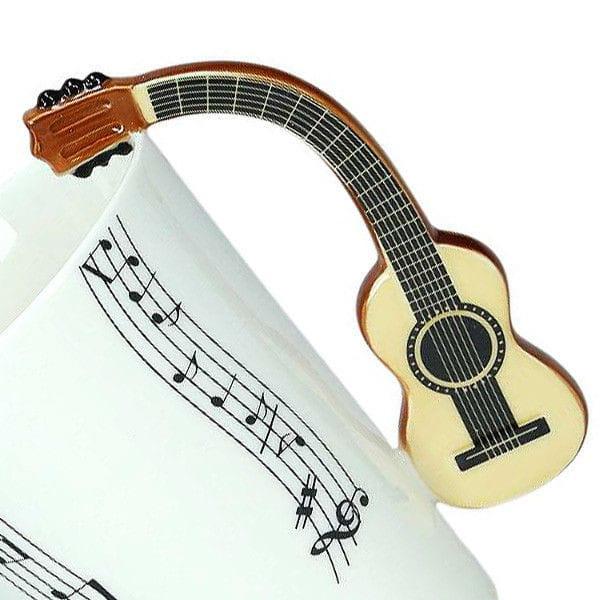 Kubek muzyka gitarzysty z gitara