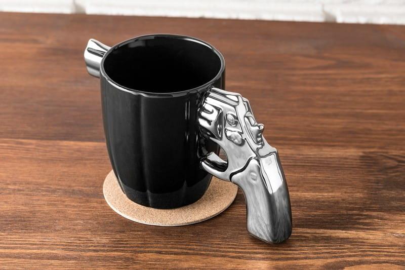 Kubek szeryfa z pistoletem